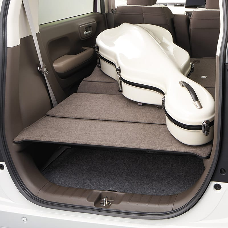 後席を倒せば、さらに広くてフラットな空間に。