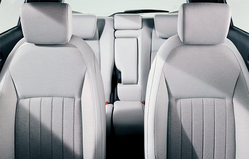 長時間座っても疲れにくい構造のフロントシート。